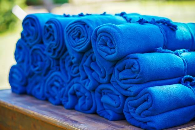 Zestaw ciepłych niebieskich dywanów na imprezie na świeżym powietrzu, na wypadek, gdyby wieczorem goście zmarzli