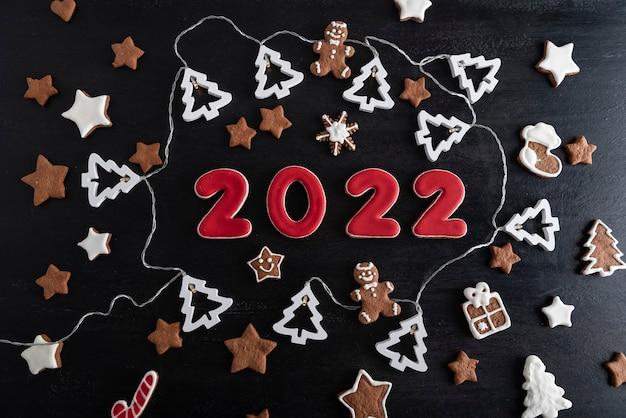 Zestaw cyfr 2022 z ciastek imbirowych z polewą cukrową. płatki śniegu, gwiazdy, piernikowy ludzik.