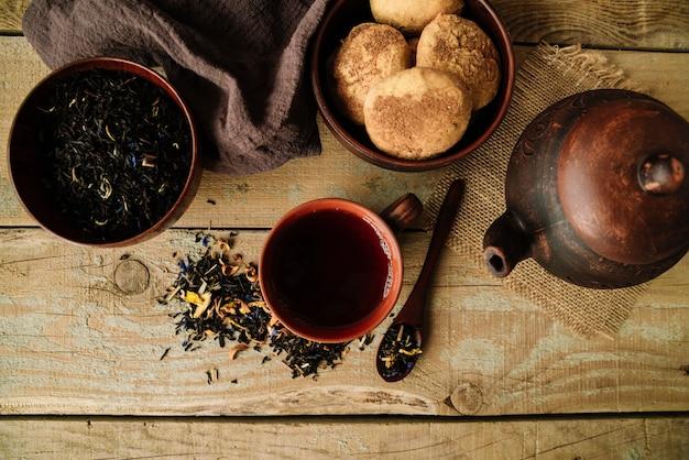 Zestaw czajniczek i kubki na drewniane tła