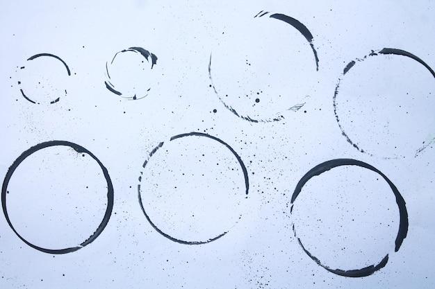 Zestaw czarnych plam na białym tle papieru
