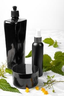 Zestaw czarnych plastikowych butelek