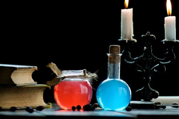 Zestaw czarów, magicznych mikstur i świec na stole