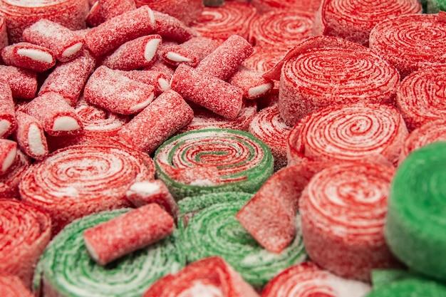 Zestaw czerwonych i zielonych zwijanych cukierków do żucia z bliska