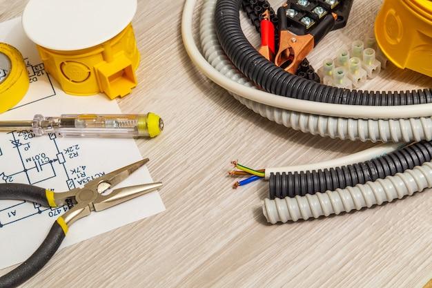 Zestaw części zamiennych i narzędzi do elektryki przygotowany przed naprawą lub ustawieniem, kreator służy do naprawy elektryków