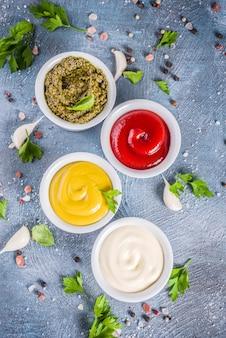 Zestaw czterech klasycznych sosów - keczup, majonez, musztarda, pesto