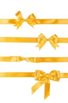 Zestaw czterech prezentów złota wstążka łuk na białym tle