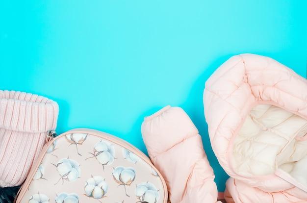 Zestaw damski na jesień lub wiosnę - kurtka, czapka, skórzana torba w kolorze pastelowego różu