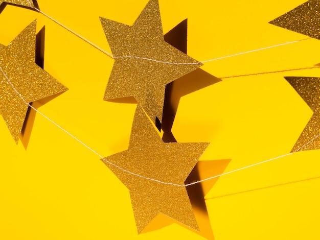Zestaw dekoracji złotych gwiazd z bliska