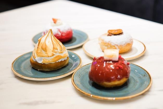 Zestaw deserowy składa się z różnych dodatków pączków (smażone ciasto w kształcie kuli lub pierścionka).