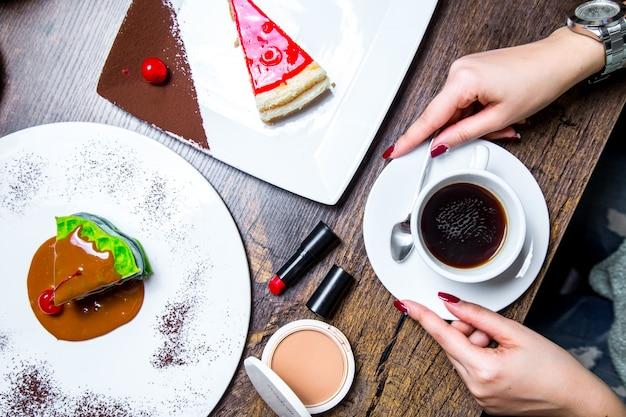 Zestaw deserowy z widokiem na filiżankę kawy