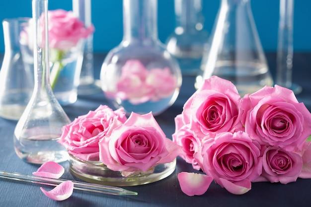 Zestaw do alchemii i aromaterapii z kwiatami róży i kolbami chemicznymi