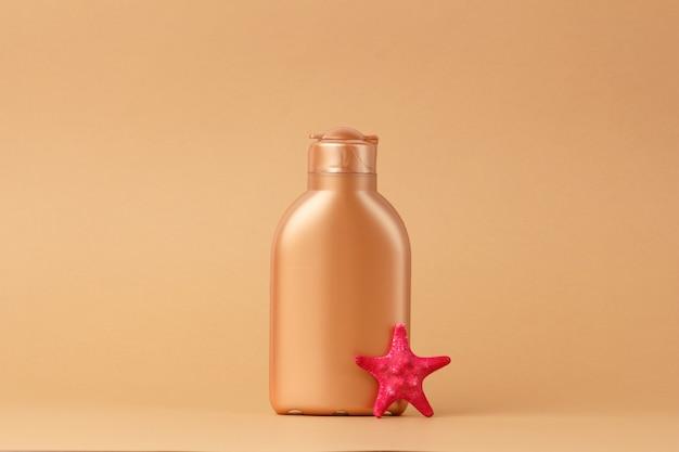 Zestaw do bezpiecznej opalenizny na tle różowej wstążki satynowej