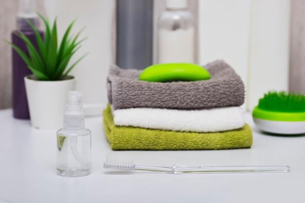 Zestaw do czyszczenia ciała, szczoteczka do zębów, ręczniki, mydło i grzebienie