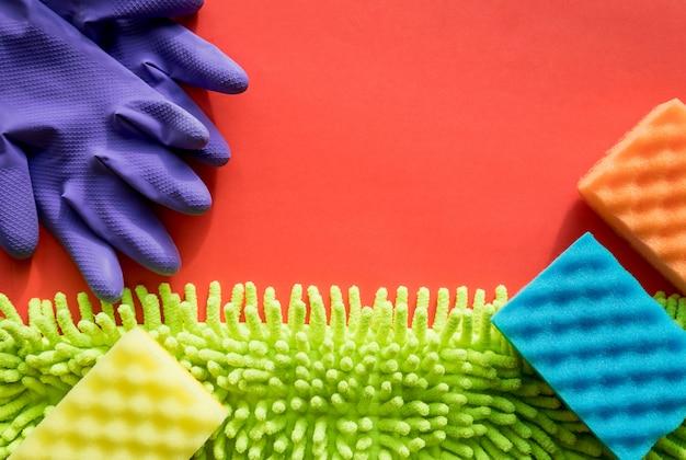 Zestaw do czyszczenia wiosennego. kolorowe ręczniki z mikrofibry i fioletowe rękawice ochronne, gąbki. profesjonalny zestaw do czyszczenia domu. płaskie układy do czyszczenia makiet, ściereczki z mikrofibry, gąbki