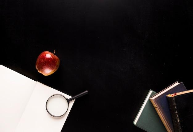 Zestaw do czytania na czarnym biurku