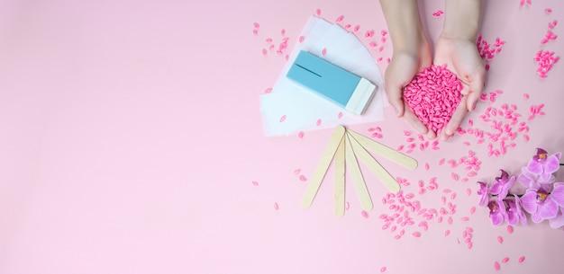 Zestaw do depilacji na różowym tle