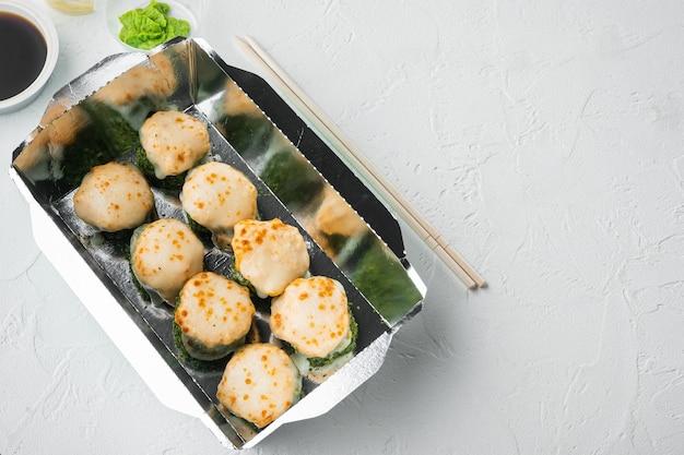 Zestaw do dostarczania sushi, na białym kamieniu