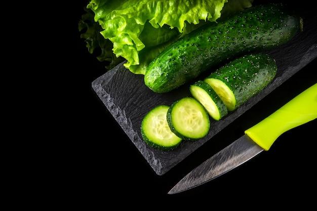 Zestaw do gotowania sałatki z ziołami, ogórkami i nożem