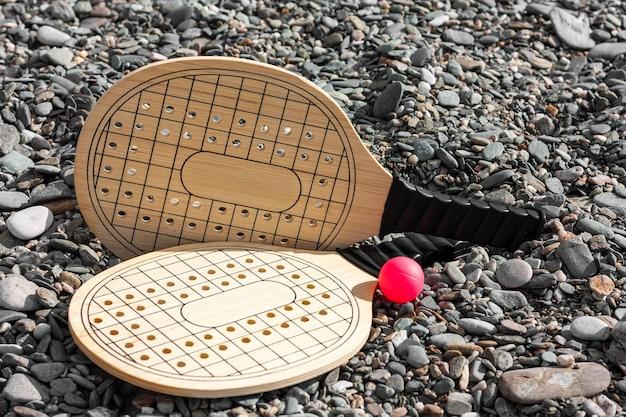 Zestaw do gry w tenisa plażowego na plaży w tle.