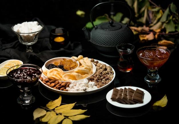 Zestaw do herbaty wykonany z dżemu czekoladowego i suszonych owoców