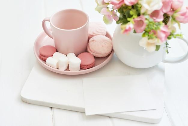 Zestaw do herbaty z kwiatami i słodkim. skopiuj miejsce
