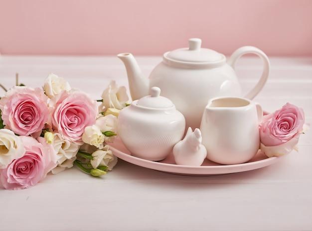 Zestaw do herbaty z kwiatami i słodkim