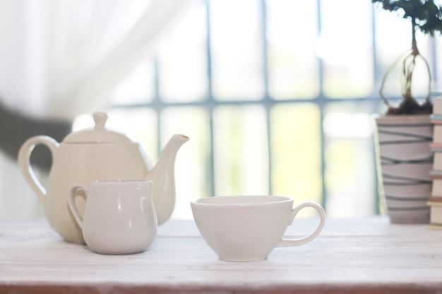 Zestaw do herbaty zawierający filiżankę, czajniczek i cukiernicę
