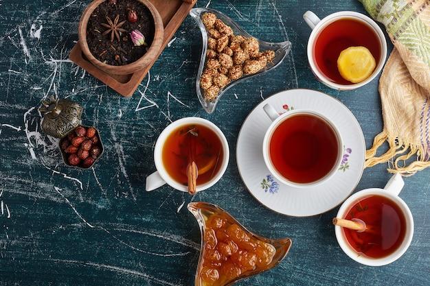 Zestaw do herbaty ze słodyczami i confitures.