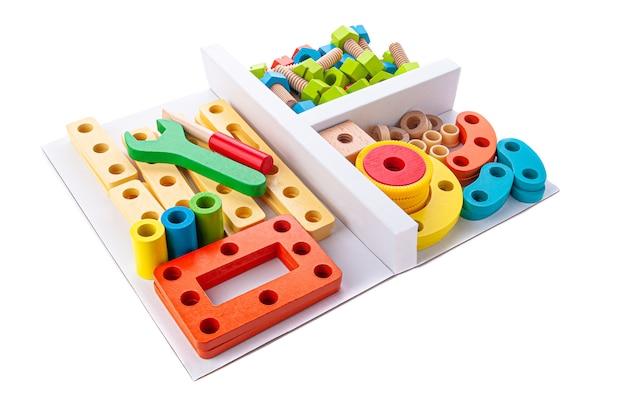 Zestaw do konstrukcji drewnianych. zabawka edukacyjna montessori. białe tło. zbliżenie.