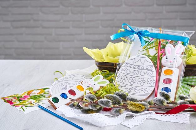 Zestaw do malowania prezentów na stole.