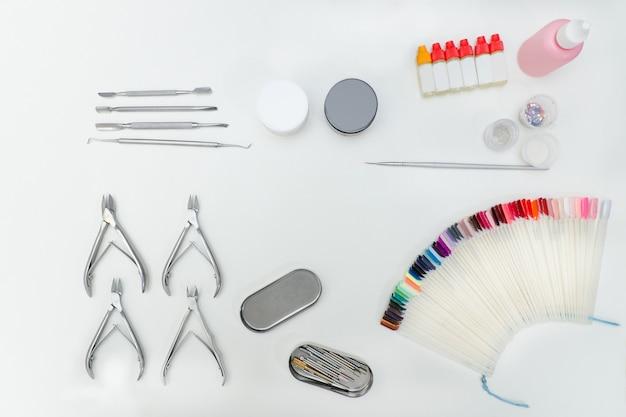 Zestaw do manicure. narzędzia, pilnik do paznokci, paleta, produkty do pielęgnacji