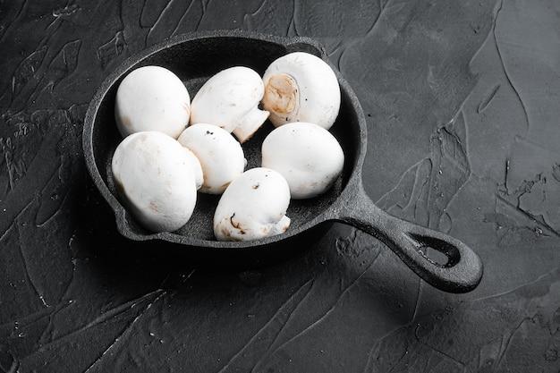 Zestaw do pieczarek grzybowych na stole z czarnego kamienia