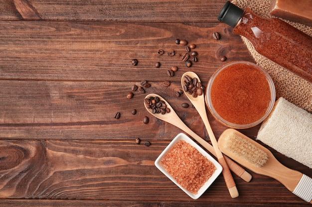 Zestaw do pielęgnacji ciała z ziarnami kawy na drewnianym stole