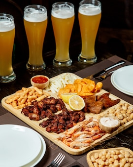 Zestaw do piwa z różnymi przekąskami i dużą ilością piwa