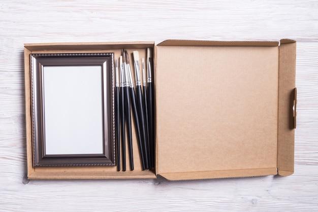 Zestaw do prac artystycznych, ramki i pędzli w kartonowym pudełku
