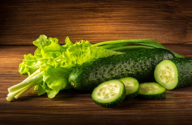 Zestaw do przygotowania sałatki ze świeżych ziół, ogórków i cebuli