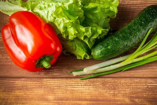 Zestaw do przygotowania sałatki ze świeżych ziół, ogórków i czerwonej papryki