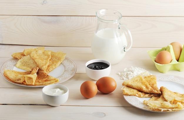 Zestaw do robienia naleśników, jajek, mleka, dzbanka, mąki, kwaśnej śmietany i dżemu