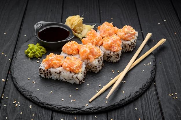 Zestaw do sushi nigiri i rolki do sushi podawane na czarnym kamieniu