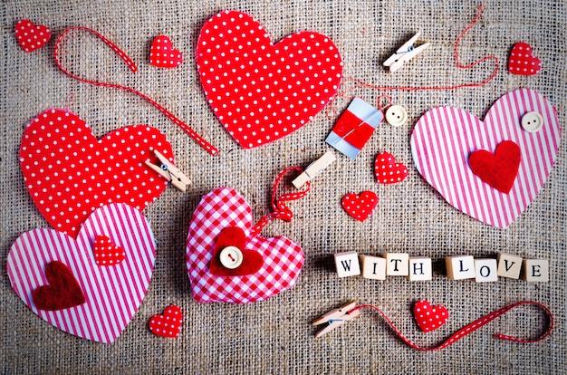 Zestaw do szycia: tkaniny, nici, szpilki, guziki, taśma i ręcznie robione serca na płótnie, worze