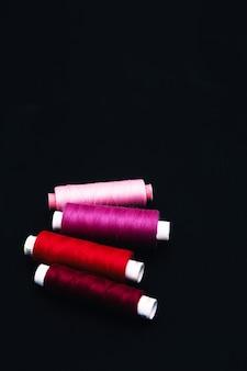 Zestaw do szycia z bawełnianymi nićmi. widok z góry