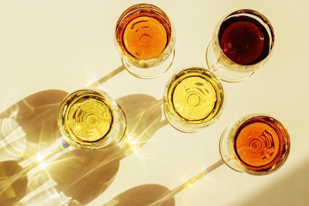 Zestaw do wina w kieliszkach z pięknymi cieniami