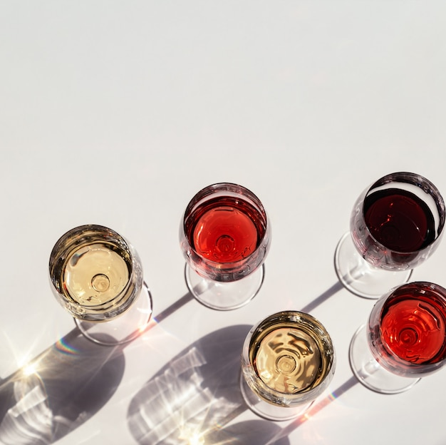 Zestaw do wina w kieliszkach.