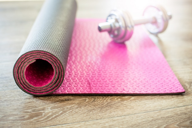 Zestaw do zajęć sportowych na podłodze wyłożonej kafelkami.