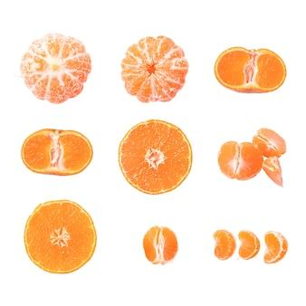 Zestaw dojrzałych mandarynek na białym tle