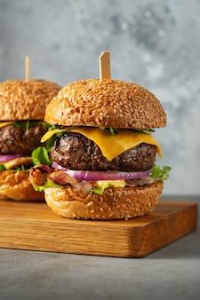 Zestaw domowych pysznych hamburgerów.