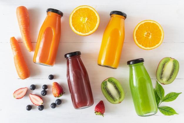 Zestaw domowych świeżych soków owocowych