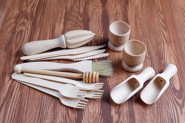 Zestaw drewnianych przyborów kuchennych, widok z góry