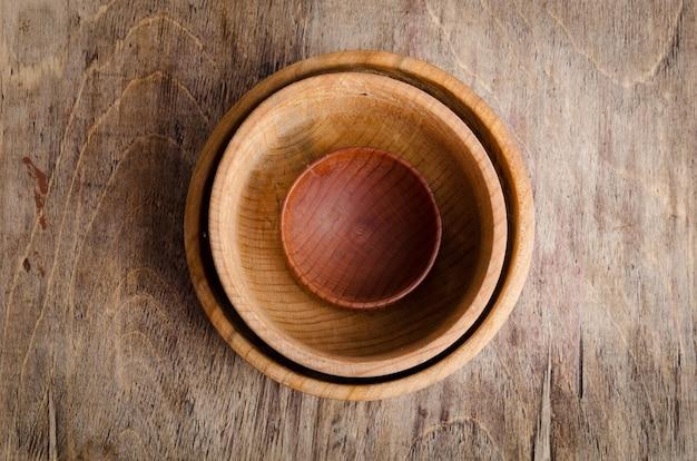 Zestaw drewnianych przyborów na stole