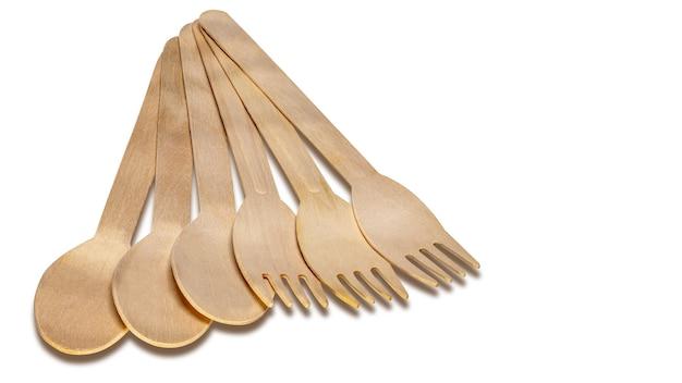 Zestaw drewnianych sztućców. drewniane łyżki i widelce na na białym tle. ekologiczne urządzenia jednorazowe.